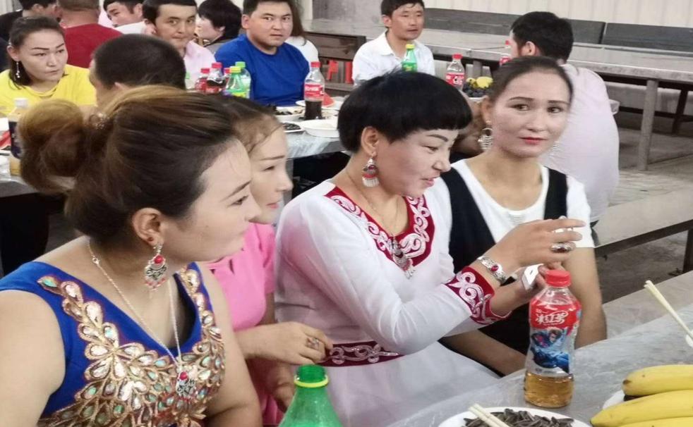 新疆少数民族职工在某企业庆祝古尔邦节(图源:受访者供图)