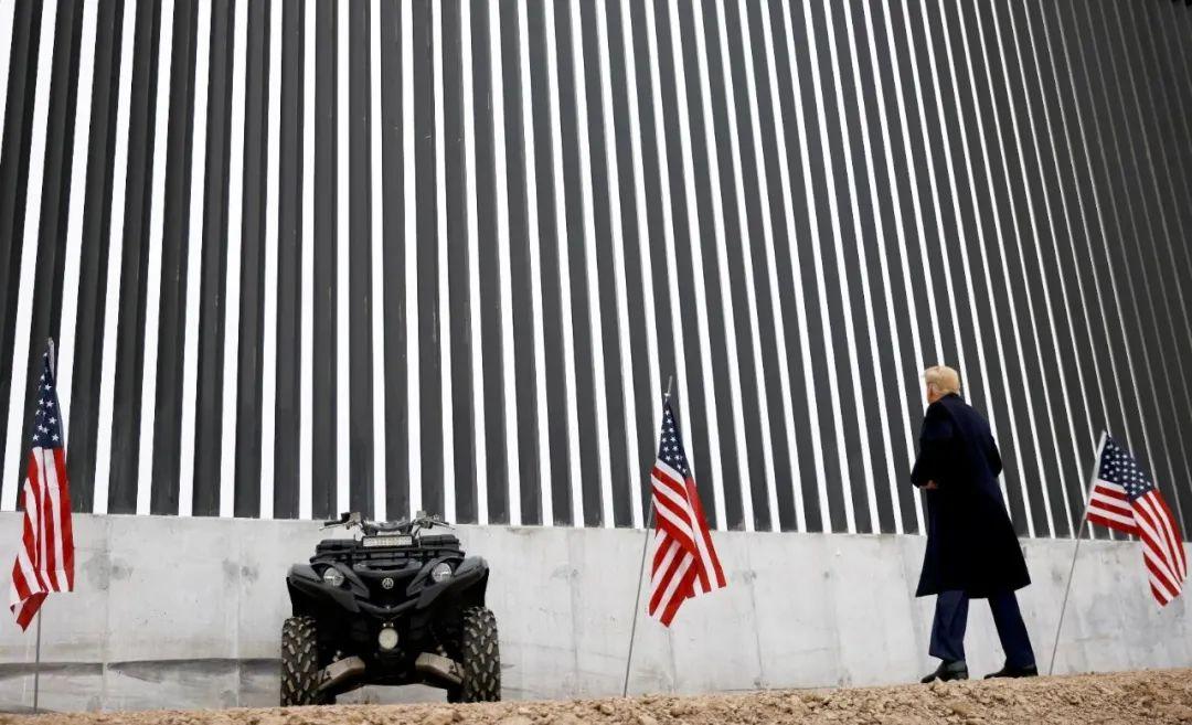 当地时间2021年1月12日,美国得克萨斯州阿拉莫,时任美国总统特朗普视察美墨边境墙。图/IC Photo