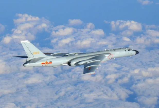 在日本周边飞行的轰-6(日摄,图片来源:日本防卫省)