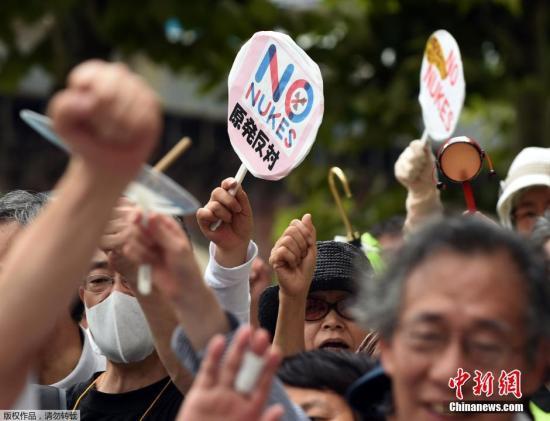 当地时间2014年8月8日,日本福岛,民众示威游行抗议东京电力公司将污水排到大海。