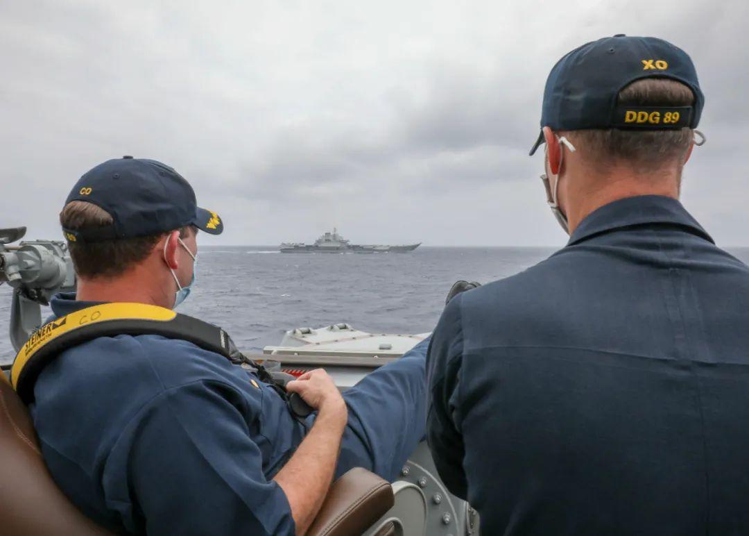 近拍中国航母时 美国兵为什么翘着脚?