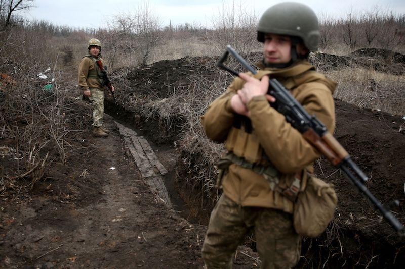 2021年4月5日,顿涅茨克地区阿夫季伊夫卡附近,乌克兰军人在前线巡逻