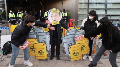 """韩国民众日本大使馆前抗议 怒斥""""大海不是垃圾桶"""""""