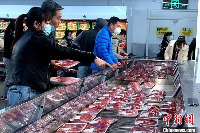 资料图:福州市民在超市购买猪肉。 中新社记者 王东明 摄