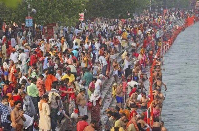印度教信徒前往恒河朝圣 图源:美联社