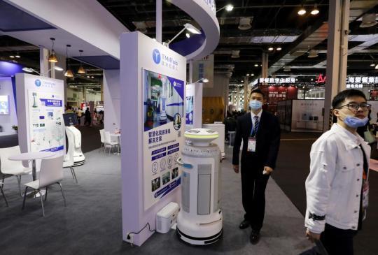 """6分钟""""口红机""""、机器人会耕地会消毒 来上交会感受高科技"""