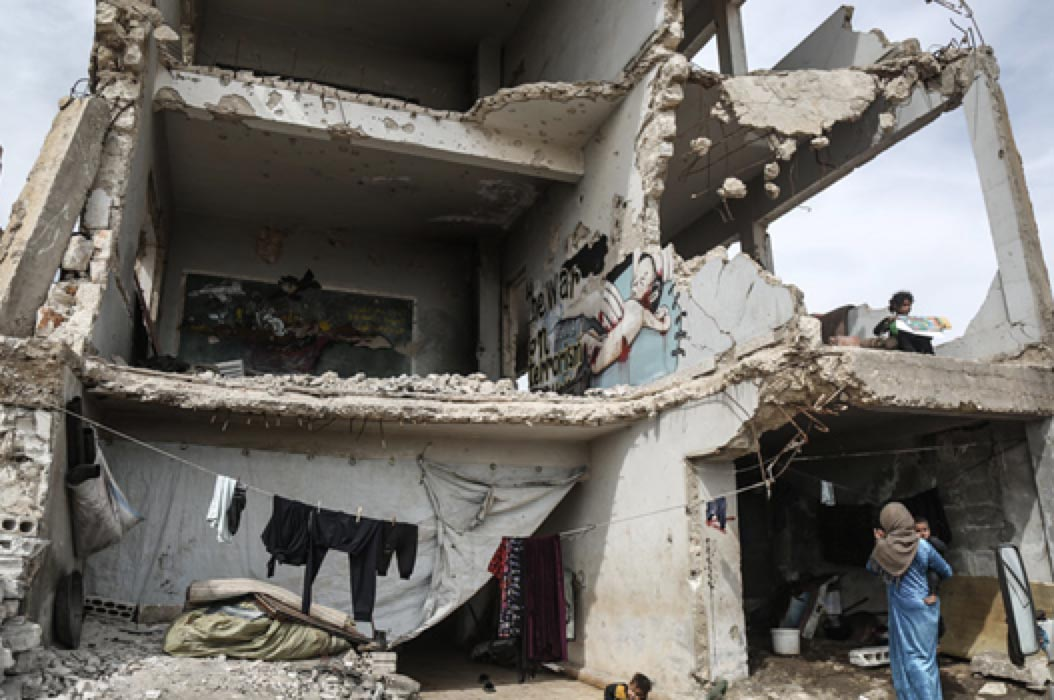 △2020年4月,一名流離失所的敘利亞婦女帶著兩個孩子生活在伊德利卜省一處瀕臨倒塌的危房