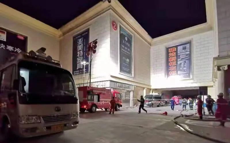 ▲消防、公安、供电等多部门在现场实施救援。新京报记者 裴剑飞 摄