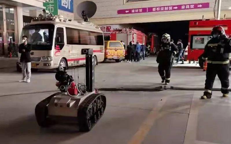 ▲消防部门出动了无人车。新京报记者 裴剑飞 摄