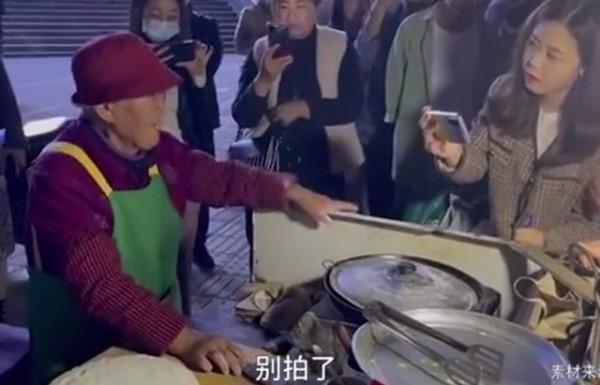 """河南96岁网红奶奶停止出摊?民间网红屡遭""""围观""""生活受干扰"""