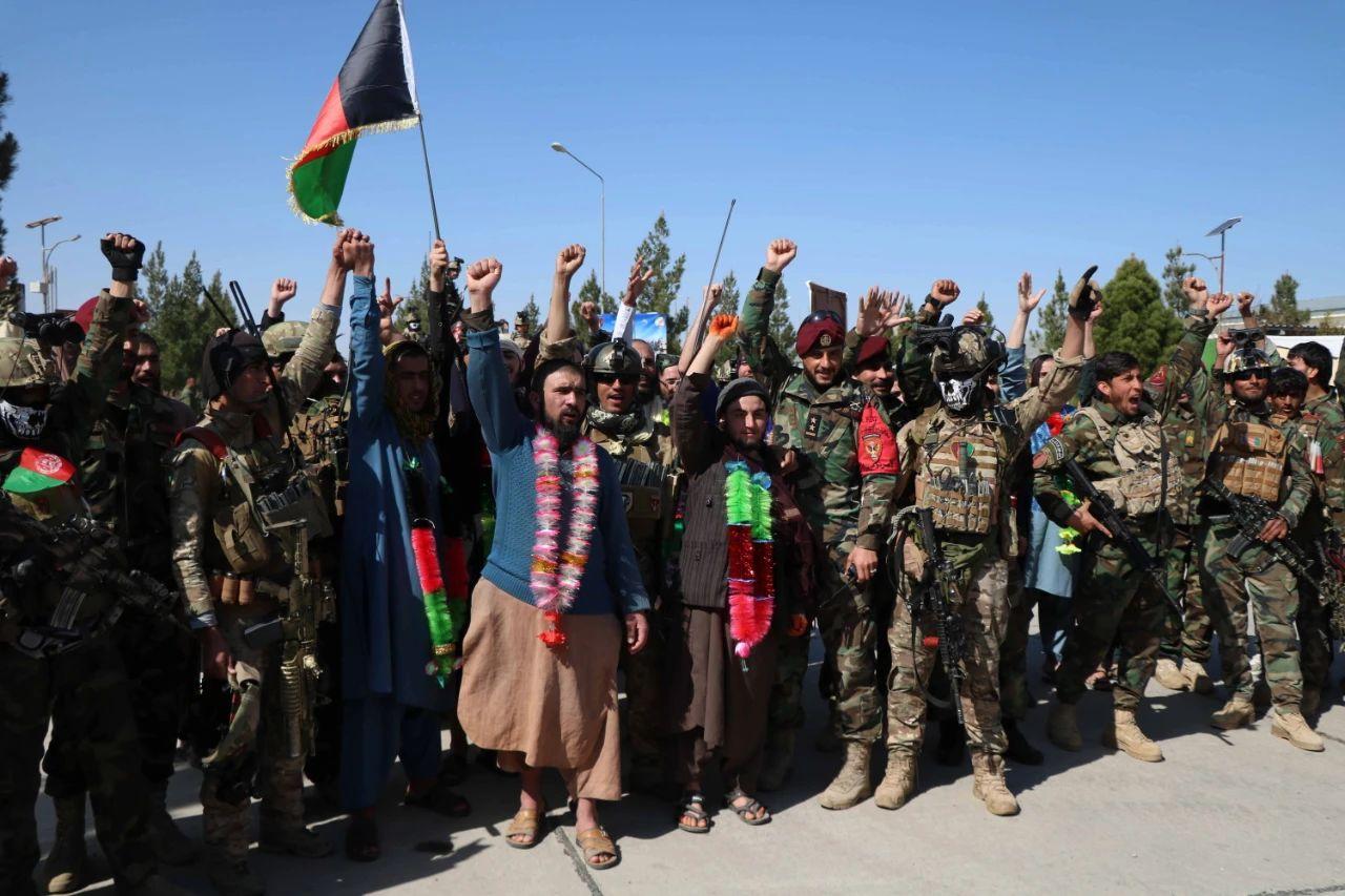 当地时间3月3日,阿富汗安全部队与被解救的民众参加了一场庆祝仪式。/IC Photo