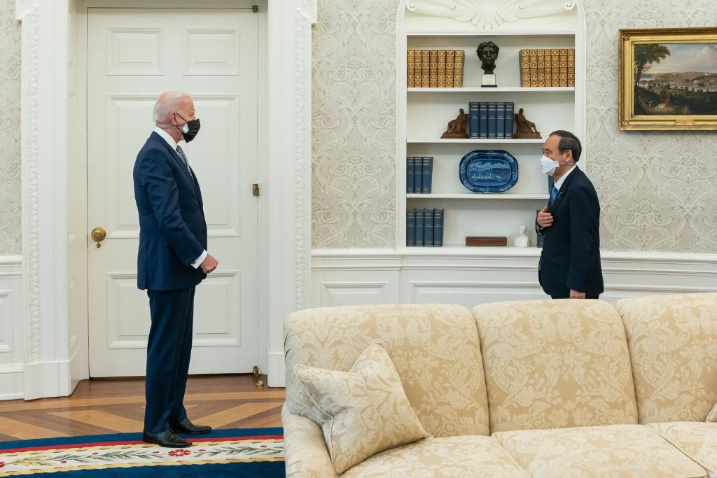 拜登与菅义伟16日在白宫会面。图片来自拜登推特