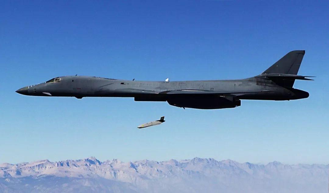 美军轰炸机队投放AGM-158 图源:美军
