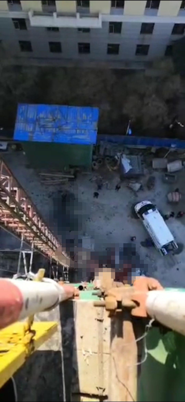 4月20日,黑龙江哈尔滨南岗区一处建筑工地发生人员坠落事件。视频截图