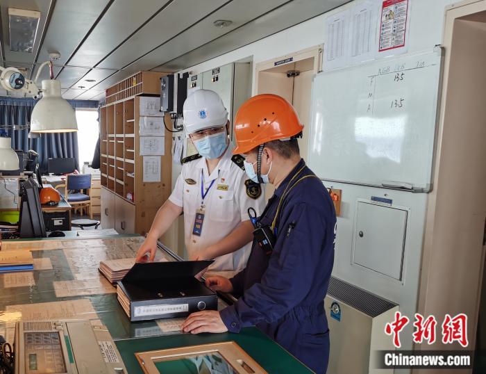 """深圳海事局审核员现场检查""""泛亚天津""""轮安全管理台账。交通运输部供图。"""
