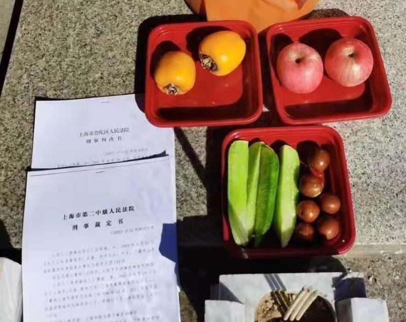江秋莲去墓地看望江歌时给她带去了最爱吃的水果。江秋莲供图