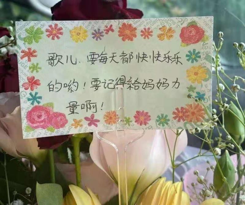 网友在2020年江歌忌日给她送来的鲜花。 江秋莲供图