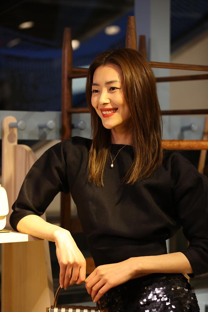 刘雯穿露背上衣搭亮片半身裙 小露蛮腰又飒又美