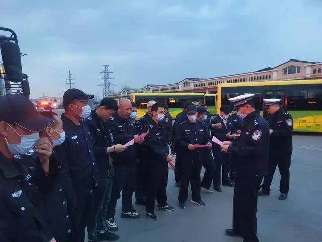 勃利交警深入公交公司开展交通安全教育培训活动