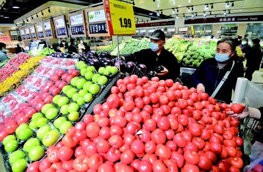 4月9日,顾客在河北省邯郸市一家超市选购蔬菜。 新华社发(郝群英摄)