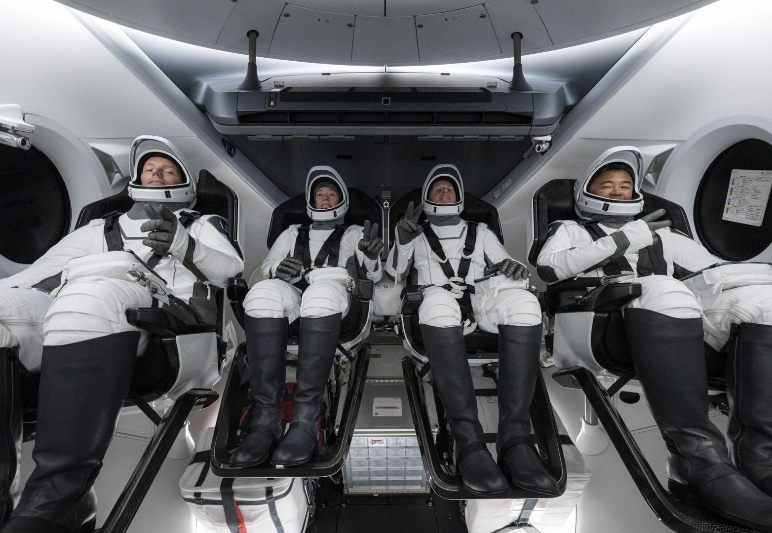 SpaceX用回收的火箭和飞船送4名宇航员前往国际空间站