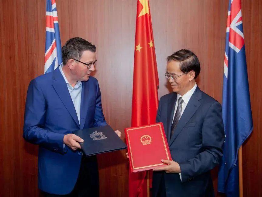 """2018年,维州州长安德鲁斯与中国驻澳大使成竞业交换""""一带一路""""合作谅解备忘录。图源:中国外交部网站"""