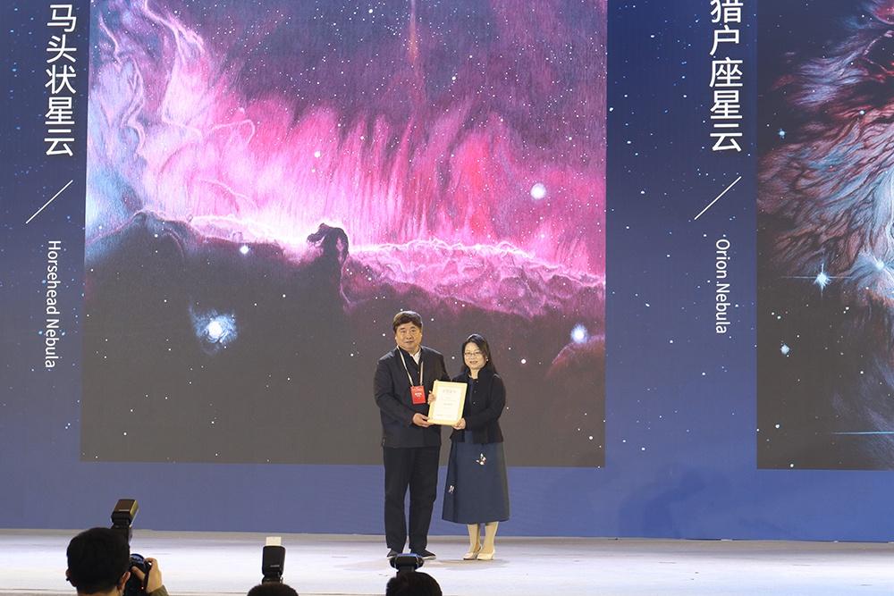 华春莹为她代言,单霁翔为她颁奖:苏州绣娘这组作品获特别奖