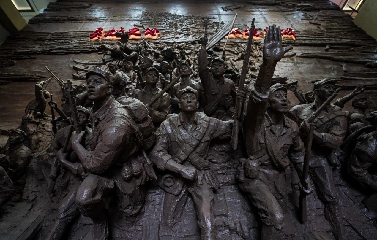 △红军长征湘江战役纪念馆内的战役雕塑(总台国广记者李晋拍摄)