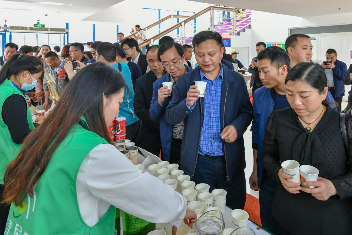 师生排队喝鸡汤?东华大学的扶贫产品发布会香气四溢