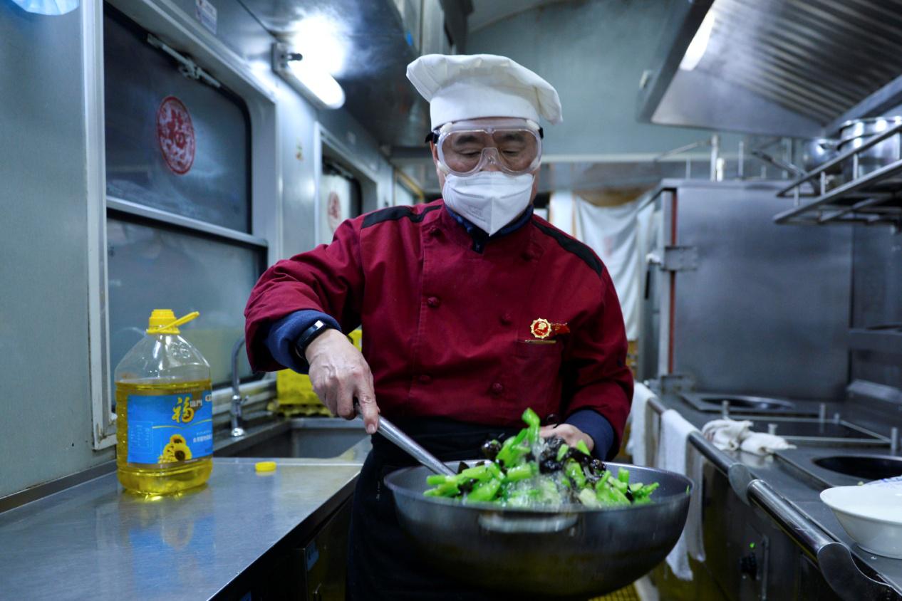 【发现最美铁路】餐车掌勺大厨白振庆41年的炉火人生