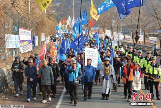 韩国防部向萨德基地运入物资,当地民众强烈抗议