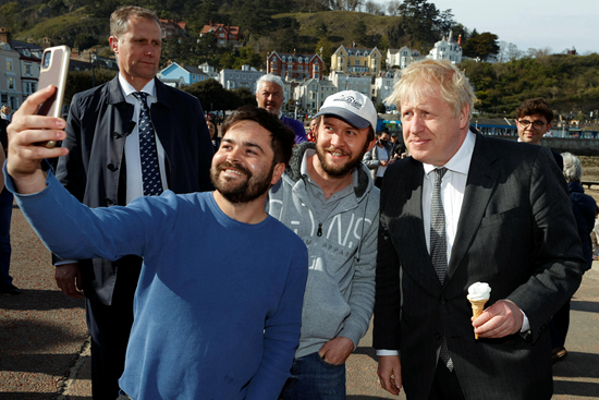 当地时间4月26日,英国首相约翰逊在兰迪德诺参观并品尝冰激凌。视觉中国供图