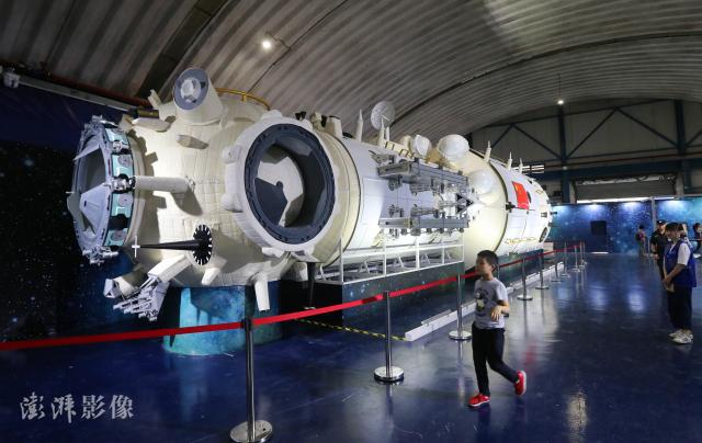 """""""天和""""核心舱,全长约18.1米,最大直径约4.2米,发射质量20-22吨。 本文图片 澎湃影像"""