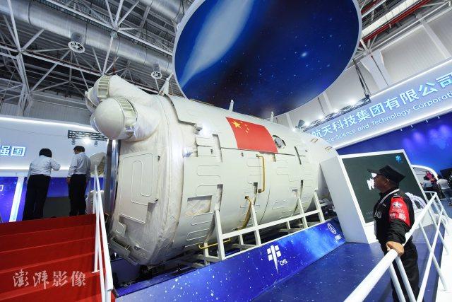 """2018年11月7日,拍摄到的""""天和""""号空间站核心舱。在2018珠海航展上,中国下一代空间站核心舱的""""天和""""号空间站核心舱首次以1:1实物形式(工艺验证舱)面向公众展出。"""