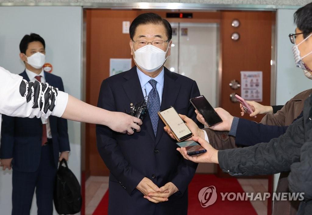 韩国外长郑义溶赴华前接受采访(图片来自韩联社网站截图)