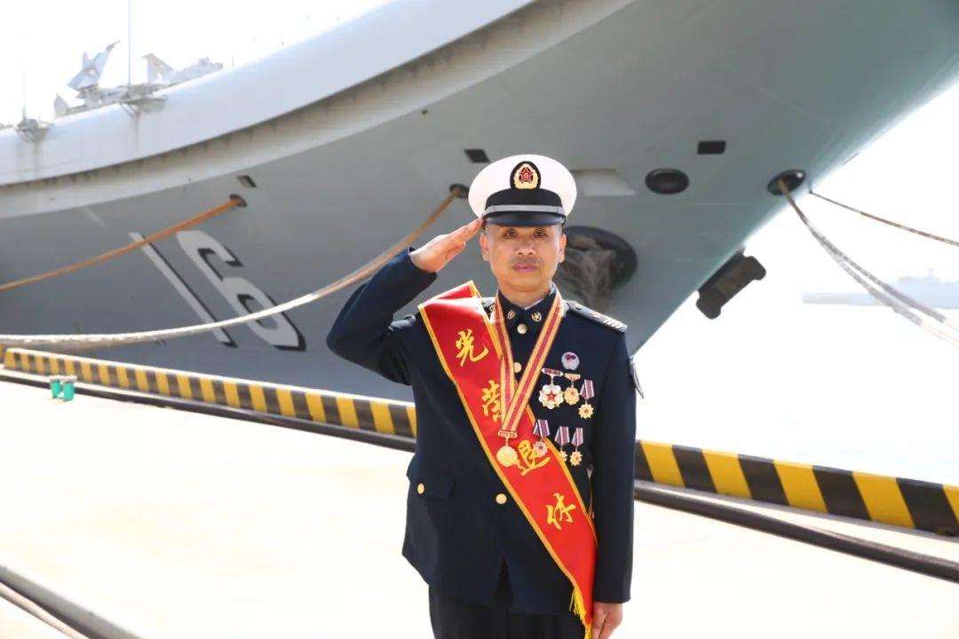 辽宁舰首位一级军士长刘德波光荣退休