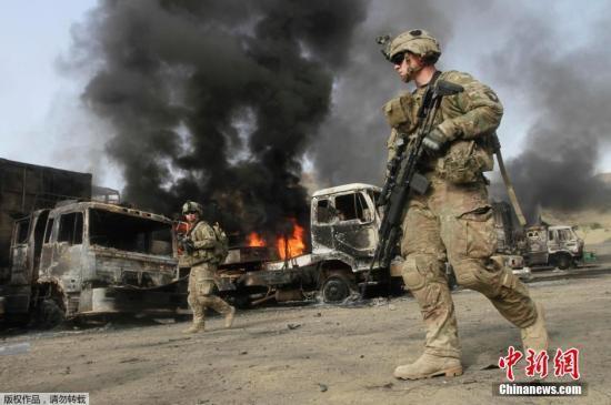 资料图:北约军队补给车在阿富汗遭遇袭击。