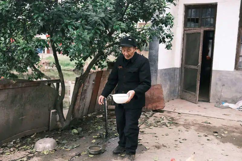 付达信在自家院子里。中青报·中青网记者 尹海月/摄