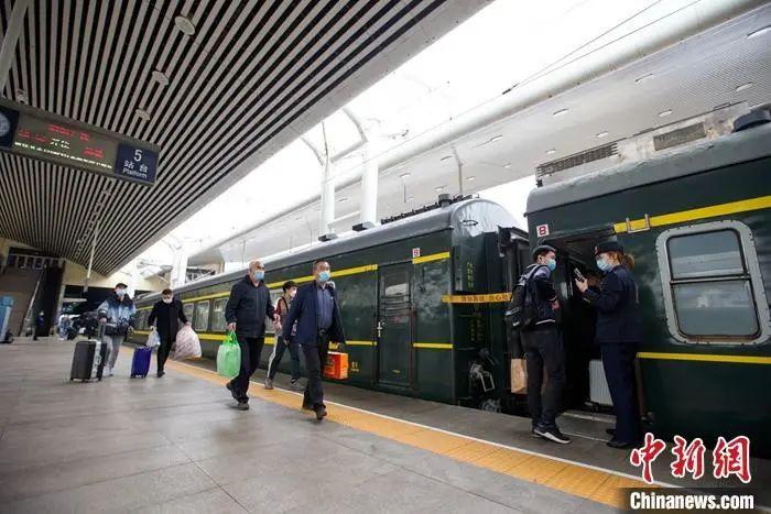 资料图为:4月2日,火车站旅客准备乘车出行。中新社记者 张云 摄