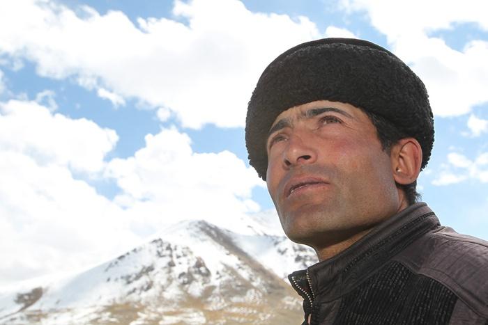 """↑塔吉克族全国人大代表拉齐尼·巴依卡是一名护边员、更是一名共产党员、一名退伍军人。2021年1月4日,他为解救落入冰窟的儿童,献出41岁的宝贵生命,被追授""""时代楷模""""称号。这是2011年9月23日拉齐尼·巴依卡在新疆红其拉甫边境线的巡逻途中。 新华社发(李翔 摄)"""