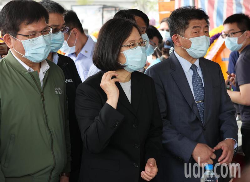 """蔡英文(中)中午在林佳龙(左)、陈时中(右)陪同下到殡仪馆探视罹难者家属。图自台湾""""联合新闻网"""""""