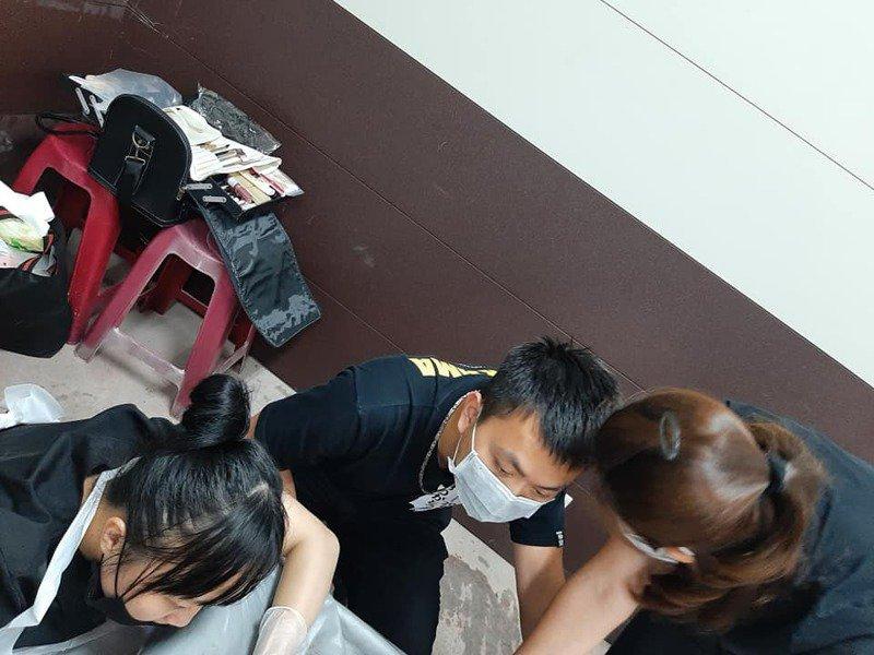 遗体修复团队熬夜为罹难者遗体进行修复。图自联合新闻网