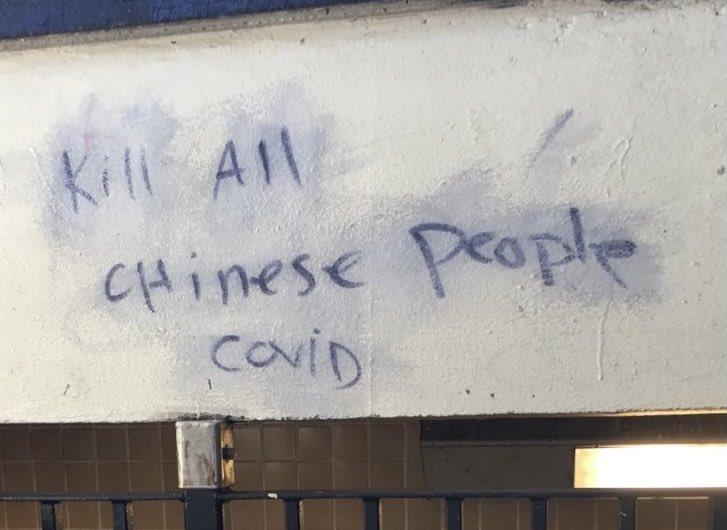"""2020年10月,有人在纽约的地铁站涂鸦""""杀死中国人""""的文字 图自纽约警方推特"""