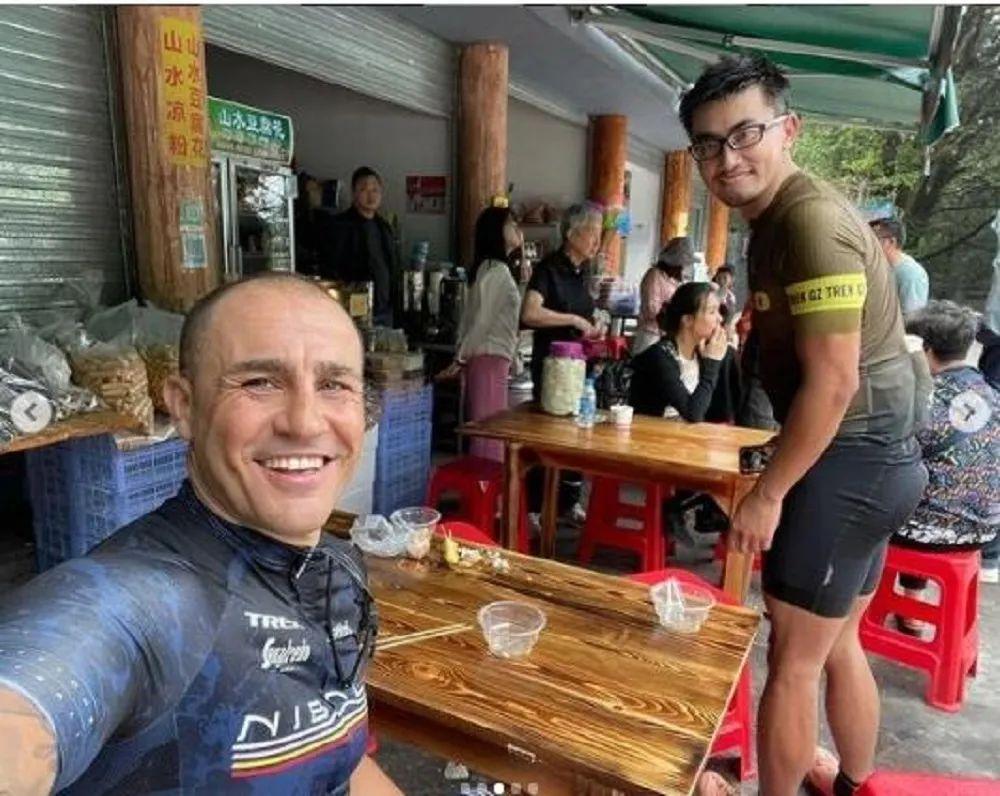 【博狗扑克】卡纳瓦罗骑行217公里 坐路边摊吃豆腐花非常开心