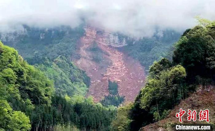 """洪雅县赵河村""""高位远程崩滑灾害""""现场。 刘忠俊 摄"""