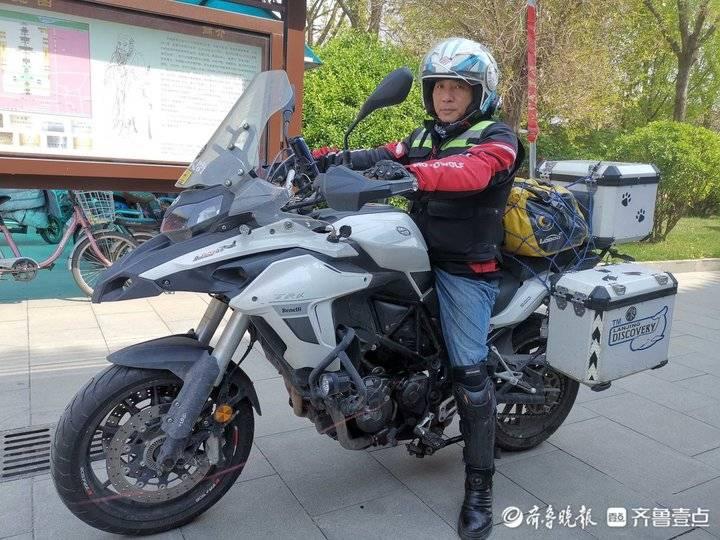 单骑环游大陆的台胞陈文仁抵达济南,参访府学文庙和大明湖