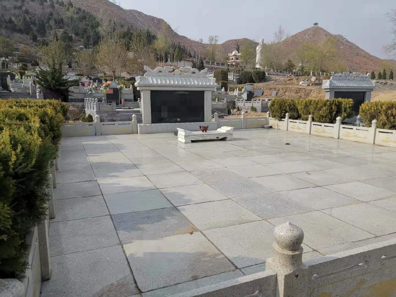 卫辉市太行陵园是被批准的公益性公墓,该陵园不仅违规售卖墓位,还存在超标墓、豪华家族暮等。新京报记者⠧苤摄