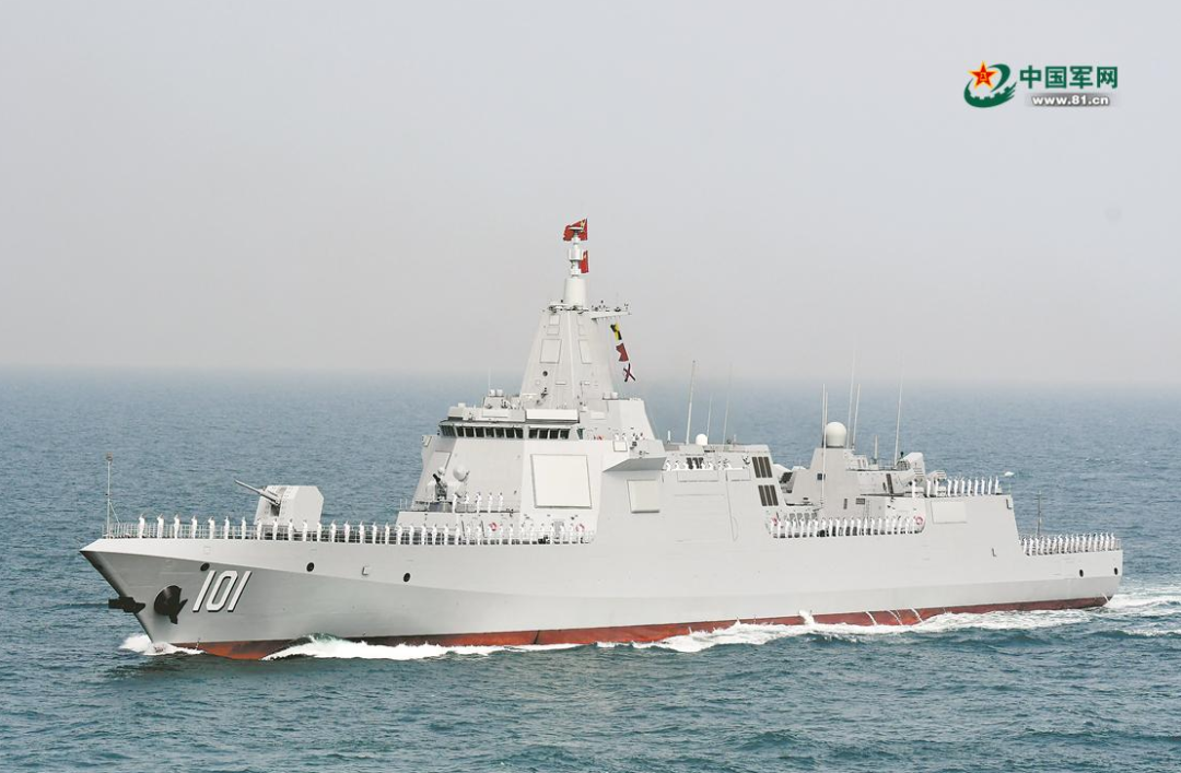 """""""南昌""""号驱逐舰接受检阅。"""