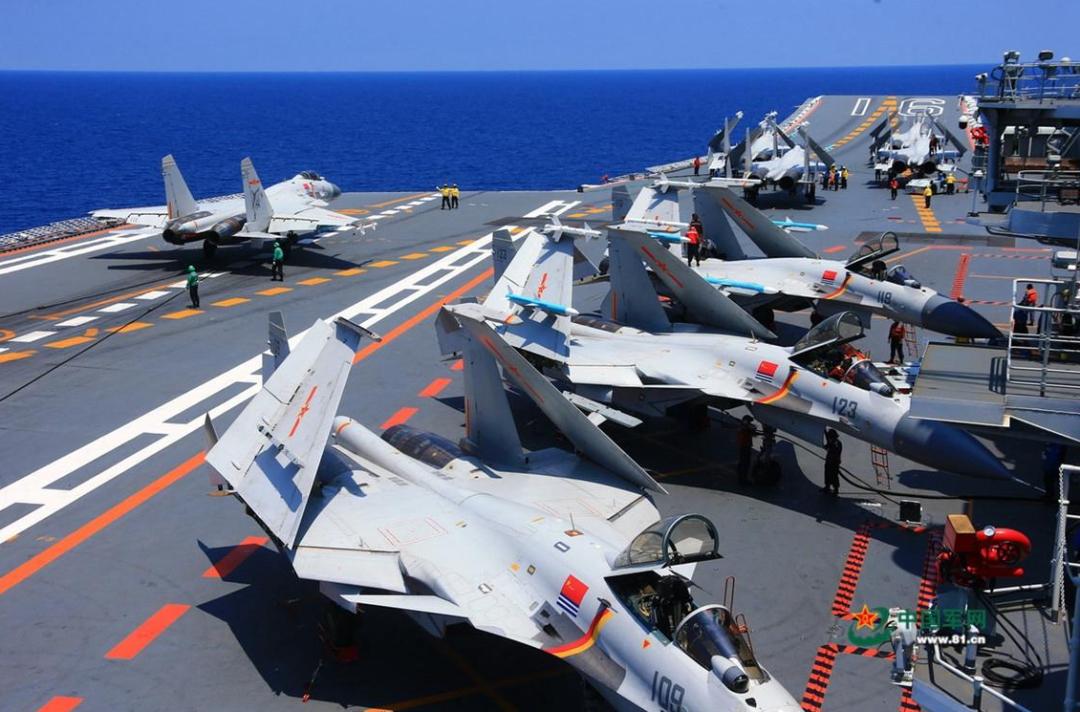 """""""辽宁""""号航母搭载的歼-15舰载战斗机。"""