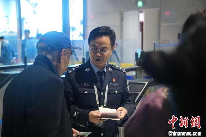 """从警22年 烟台机场边检民警王宝山甘做守卫国门的""""老黄牛"""""""